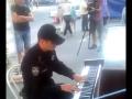 Полицейский сыграл на уличном пианино One Republic