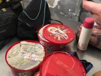 Украинец пытался вывезти крупную сумму денег в коробках из-под конфет