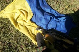 Топчет флаг Украины