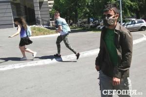 Житель столицы в маске
