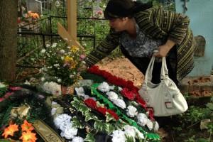 Елена Туманова на похоронах сына