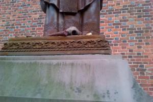 В Дрогобыче вандалы изуродовали памятник Папе Римскому
