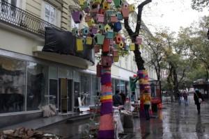 Перед магазином делают декоративную инсталяцию