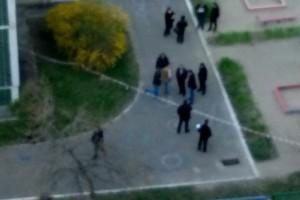 Возле детского сада работают полицейские
