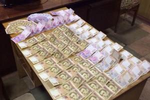 Милиционера задержали во время получения взятки в размере 20 тысяч гривен