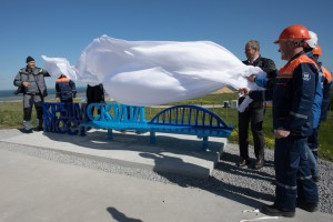 Оккупанты установили скамейку с видом на мост
