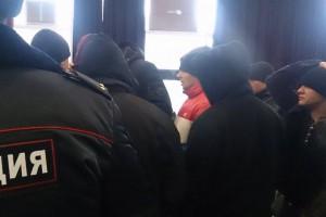 Около 15 человек в спортивных костюмах прорвались в зал