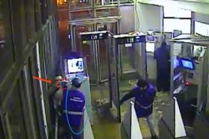 В московском метро пьяный мужчина стрелял в сотрудниках станции
