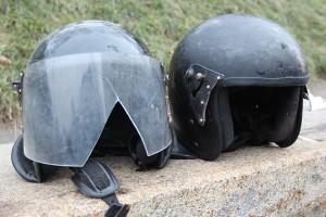 Разбитые каски милиционеров