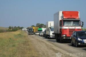 На подъезде к порту Крым в Керчи скопилась большая очередь из машин