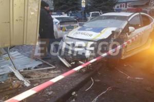 в Киеве полицейский автомобиль протаранил киоск