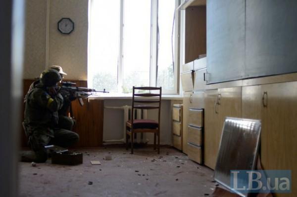 В Иловайске военные забаррикадировались в школе