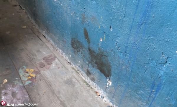 Следы крови на стенах