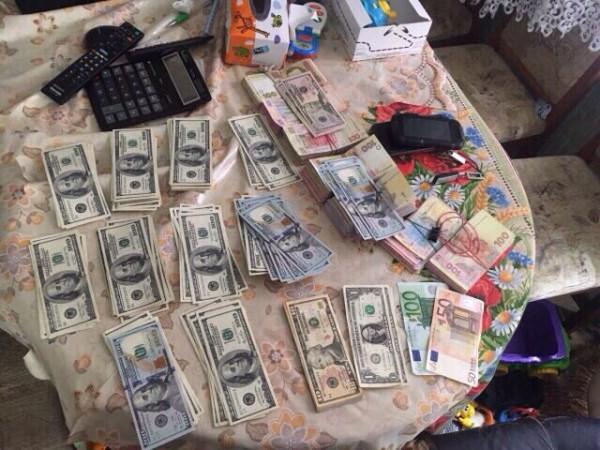 Изъяли 77 тысяч гривен и почти $13 тысяч