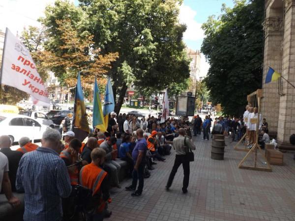 На митинг пришли активисты Правого сектора и Азова