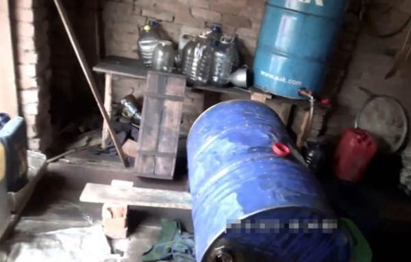 Мощность подпольных цехов позволяла перерабатывать до пяти тонн нефти в неделю
