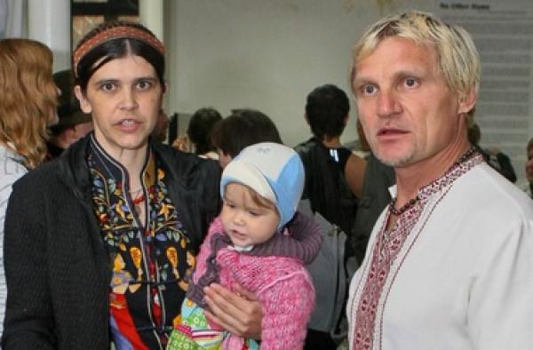 Олег Скрипка с женой и ребенком