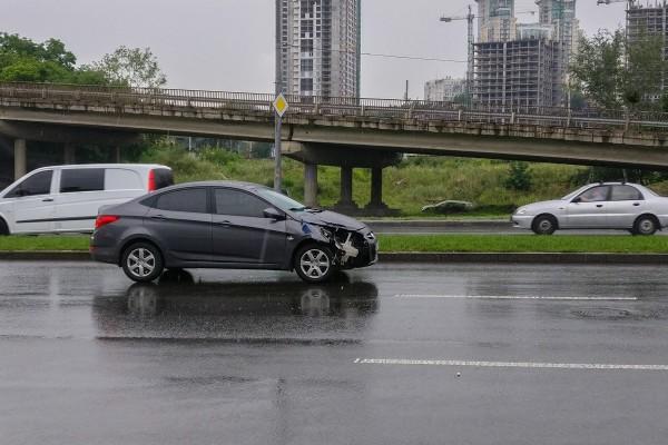 У машины сильно повреждена передняя правая часть