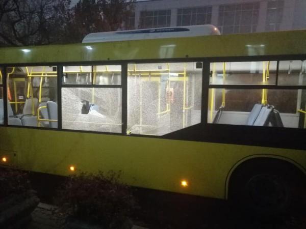 У автобусов разбиты окна