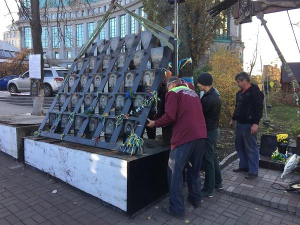 Коммунальщики демонтируют мемориал