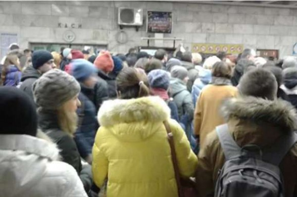 В метро перед турникетами образовалась толпа из неработающей систему оплаты