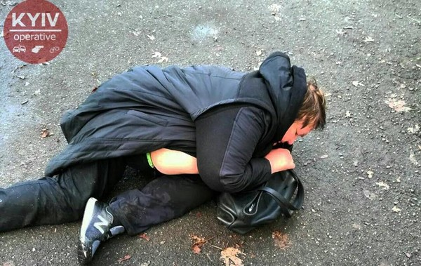 Пьяная женщина засыпала на асфальте