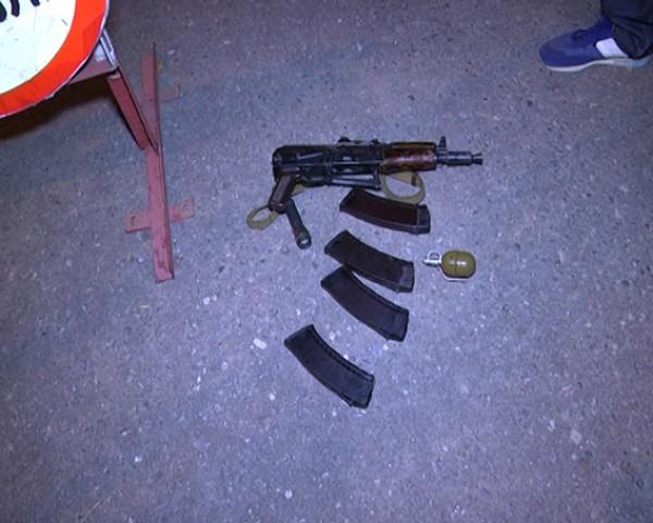 Автомат и граната, изъятые милиционерами