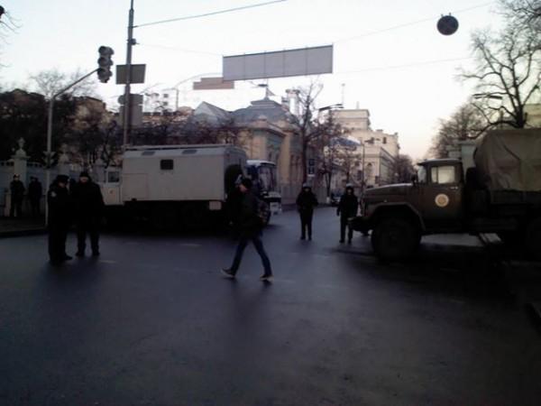 Возле зданий правительства находятся бойцы внутренних войск и сотрудники Беркута