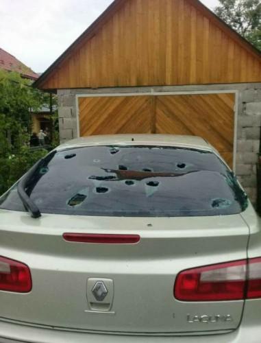 Непогода повредила кровлю домов и стекла автомобилей