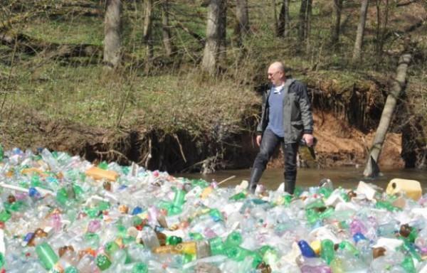 Куча мусора состоит преимущественно из пластиковых бутылок и полиэтиленовых пакетов