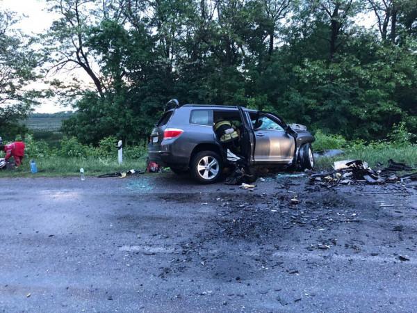Судя по фото, машины столкнулись лоб в лоб