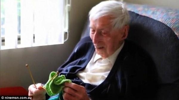 Самый старый австралиец год вязал свитера для пингвинов