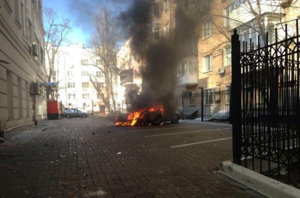 Возле офиса Партии регионов сожгли автомобиль