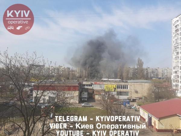 Жители района видят огромный столб дыма
