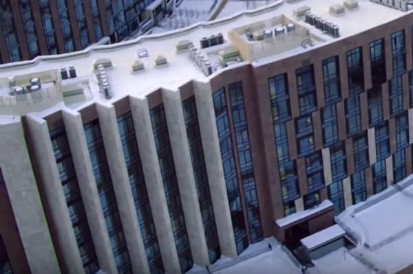С юго-восточного торца квартиры отделены бетонными заслонами