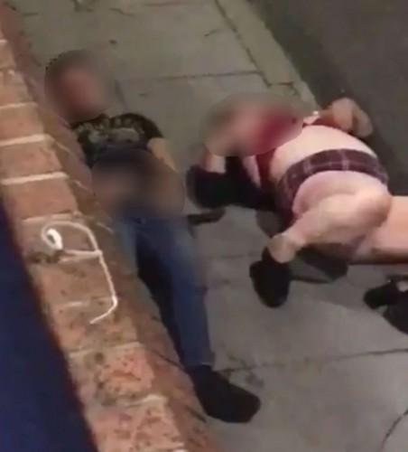 Парень с девушкой занялись сексом посреди тротуара