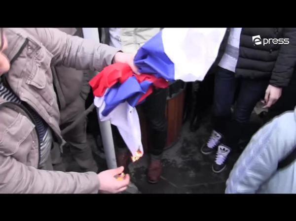 Армяне поджигают российский флаг