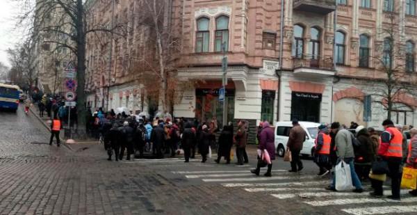 Несколько сотен людей отправилось к зданию Верховной Рады