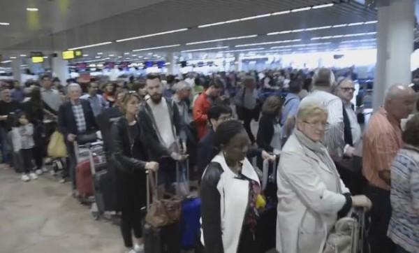 В аэропорту Брюсселя сформировались большие очереди из-за частичного отключения электроснабжения