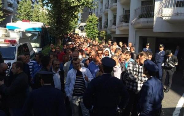 Граждане Турции пришли в посольство принять участие в предварительном голосовании