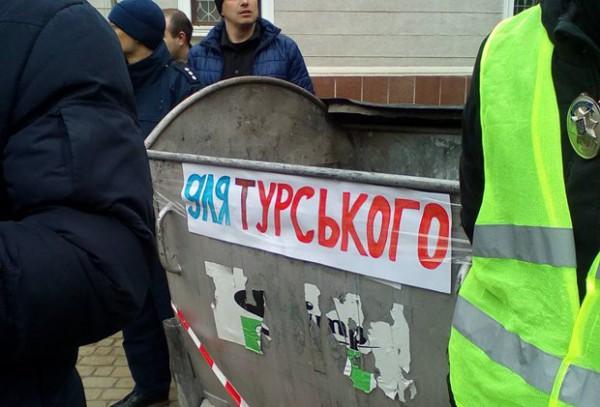 ВТернополе депутатов закидали яйцами изалили «перцовкой»
