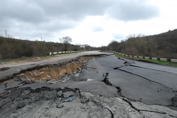 Обвалившийся участок дороги Севастополь-Симферополь откроют доэтого, чем обещали
