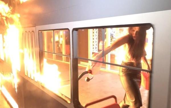 В Виннице активистка устроила акцию протеста возле магазина Roshen