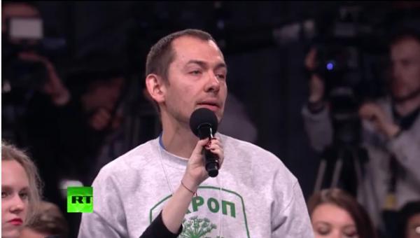 Украинский журналист Роман Цимбалюк с надписью