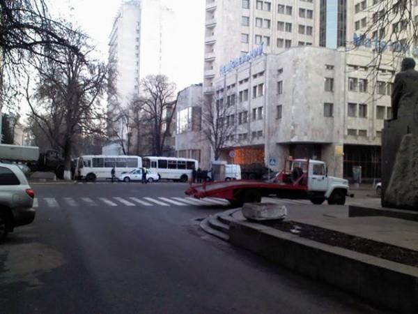 На пересечении Институтской и Шелковичной стоит эвакуатор и автобусы