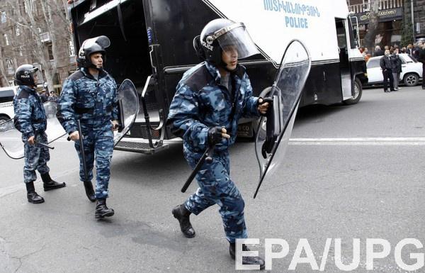 В Армении захватили полицейский участок