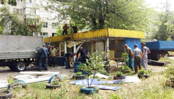 Также продолжают демонтаж МАФов и в других районах столицы