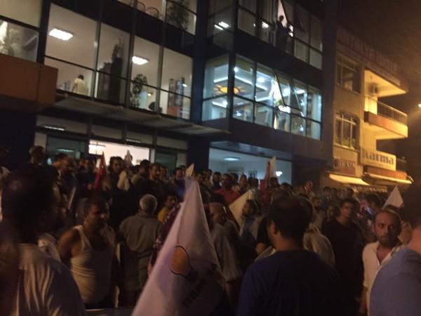 На улицы вышли сотни жителей