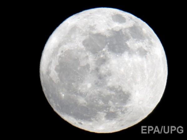 Свечение Луны связали с пылью
