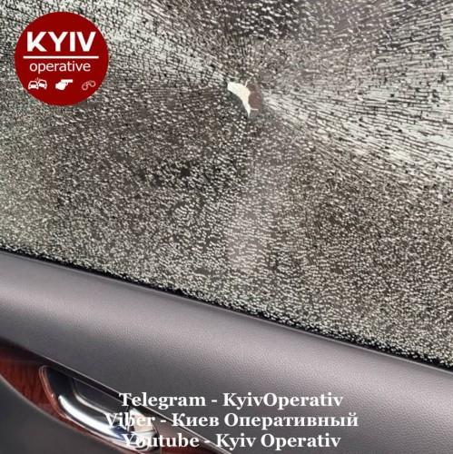 Неизвестные обстреляли машины возле столичного университета